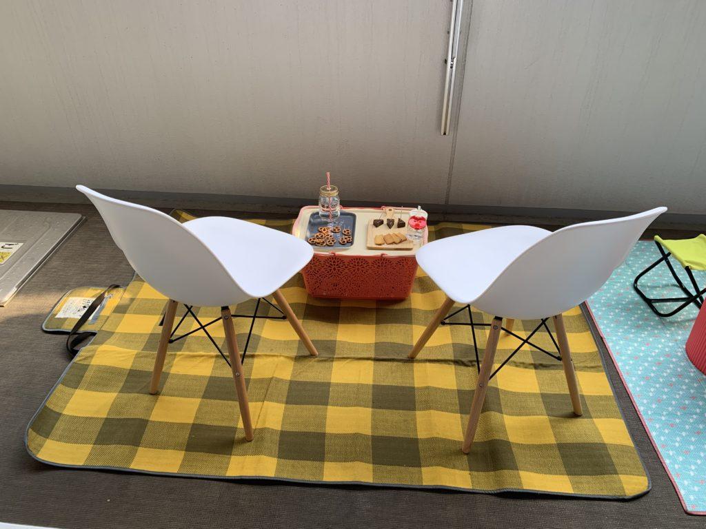 椅子を並べてベランダピクニック