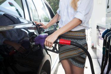 ガソリンを給油する女性の画像