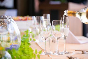 シャンパンを注ぐテーブル
