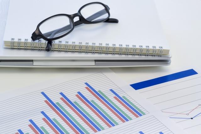 ビジネス資料とメガネ