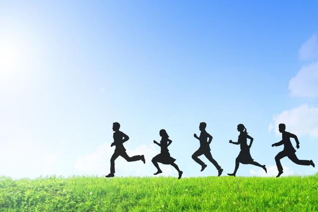 土手を5人の走る影 画像