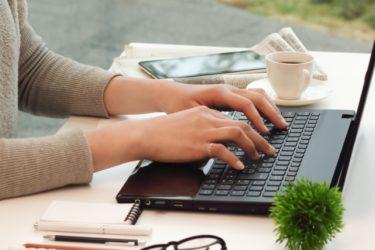 PCで作業する女性 画像