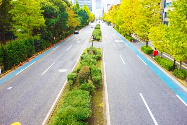 4車線道路の画像