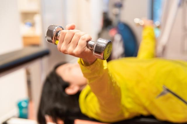 ダンベルトレーニングする女性 画像