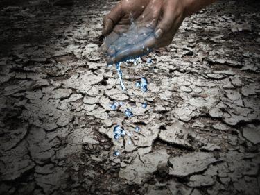 手から水分が抜けるイメージ画像