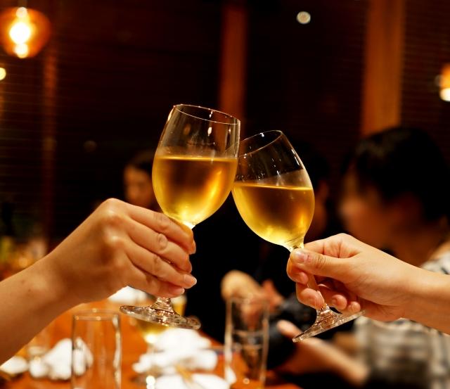 ワインで乾杯する画像