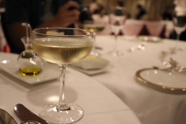 レストランでワインが注がれたグラス 画像
