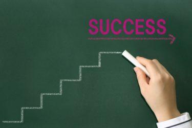 成功への階段を黒板に書く画像