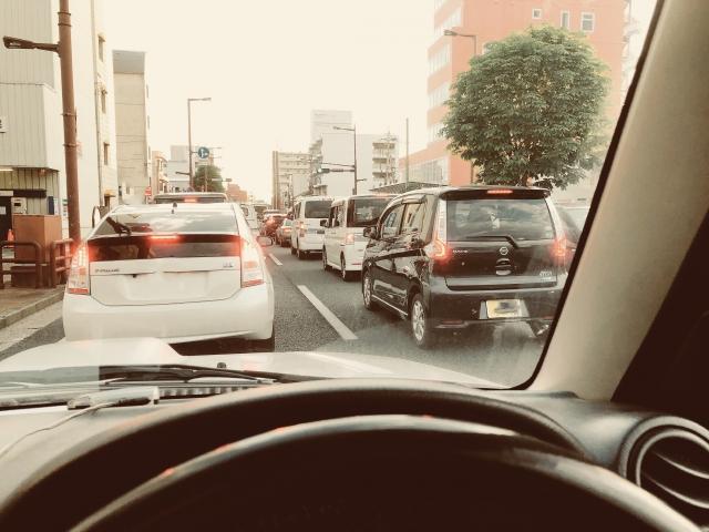 渋滞中の運転席からみた風景 画像