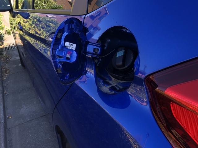 青い車の給油口 画像