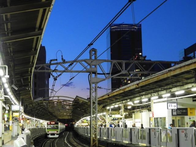 駅ホームの線路 画像