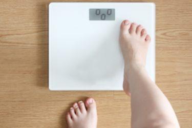 体重計に乗る女性 画像