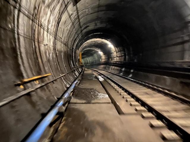 トンネル内の線路 画像
