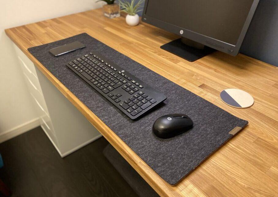 マウスとキーボードを置いたデスクマット