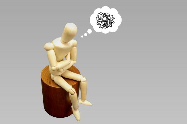 考え事をする人形 画像